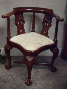 Merveilleux Chippendale Style Carved Mahogany Corner Chair.