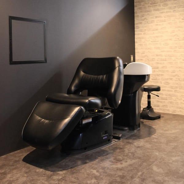 men's hair & grooming salon W