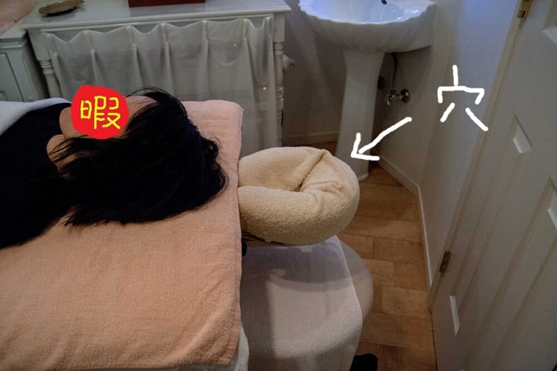 ベッドの上に確かに穴がありますね。この中に顔を入れる、と。うつ伏せでも苦しくなくていいですね!