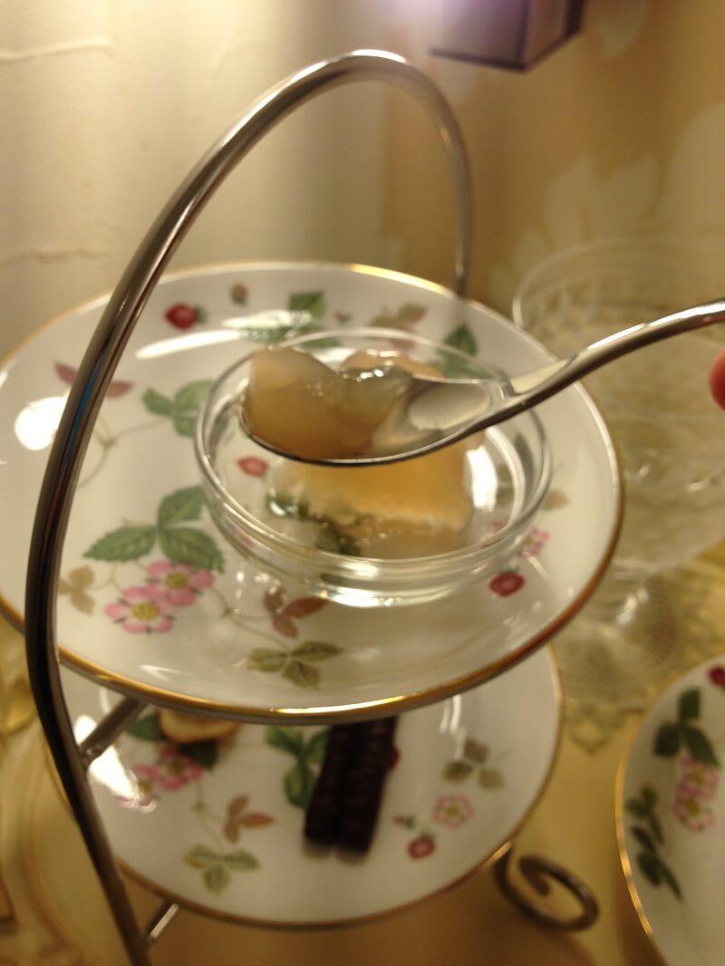 紅茶と一緒にゼリーやチョコレートも。ひょっとしてここは天国なのでしょうか?