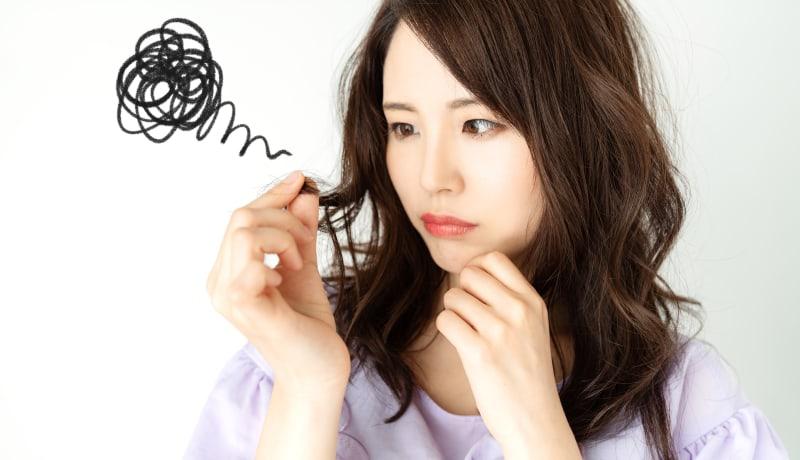 髪の毛がベタつく原因は?