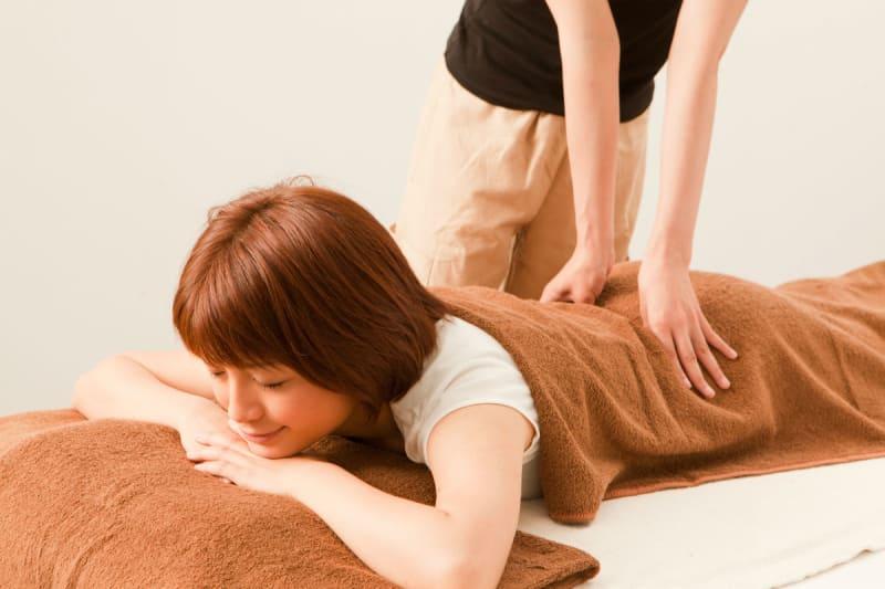 """【座って簡単にできる!】簡単""""骨盤矯正の体操""""のやり方をプロの整体師に聞きました!"""