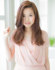 大人女性に人気の美肌に見える艶カラースタイル