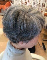 グレーヘアーが綺麗ふんわりパーマスタイル