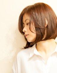 前髪が長めのシンプルボブスタイル