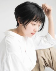 30代におすすめ☆まゆ上バングの黒髪ショート
