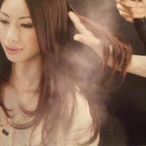 初めに、通常の1/10万の超微粒子水蒸気でキューティクルを優しく開きます。開いたキューティクルの隙間から髪の成分であるタンパク質を補給してダメージ部分を補強します。さらに、軟らかい髪質の方にはケラチン、硬い髪質の方にはコラーゲンを補給して、薬液塗布前に髪内部をしっかりケアしておきます。