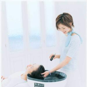 粒子の細かいお水に天然ハーブエキスを配合した化粧水を使い、ゆっくりとヘッドマッサージを行います