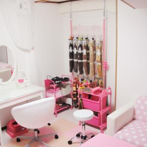 ヘアブースはピンクと白が基調の可愛いらしさ満載♪子供の頃憧れたお部屋のような空間です♪可愛いドレッサーの前で更に可愛く変身できちゃいます♪