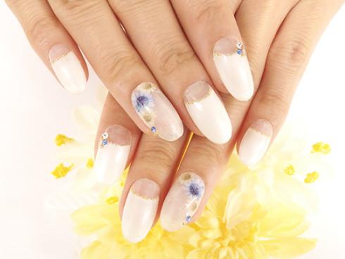 ホワイトパールに漂うブルーの水中花ネイル
